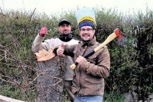 Platon und Jan-Marco beim Baumfällen